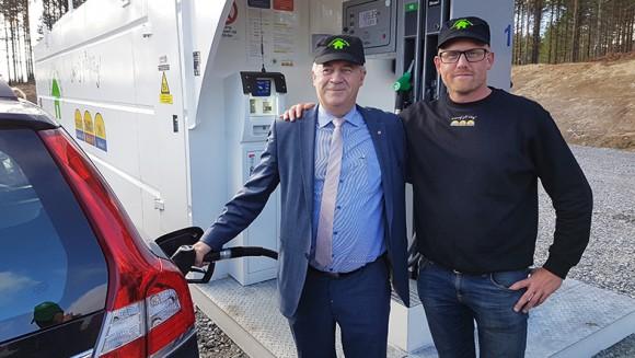 Landsbygdsminister Sven-Erik Bucht tillsammans med Skoogs Bränsles försäljningschef Thomas Andersson premiärtankar på invigningsdagen.